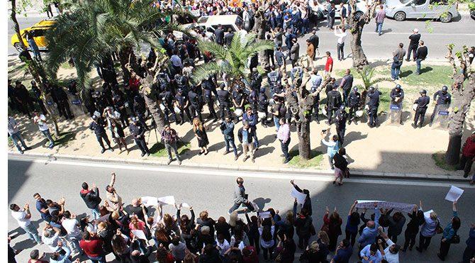 AKP'li ve CHP'li kadınlardan karşılıklı protesto