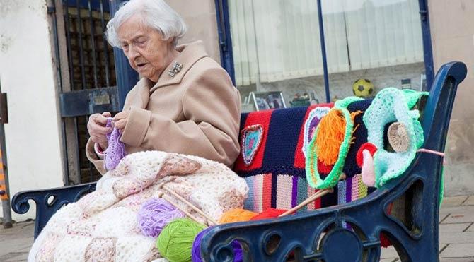 104 yaşındaki kadın şehri örgülerle donattı