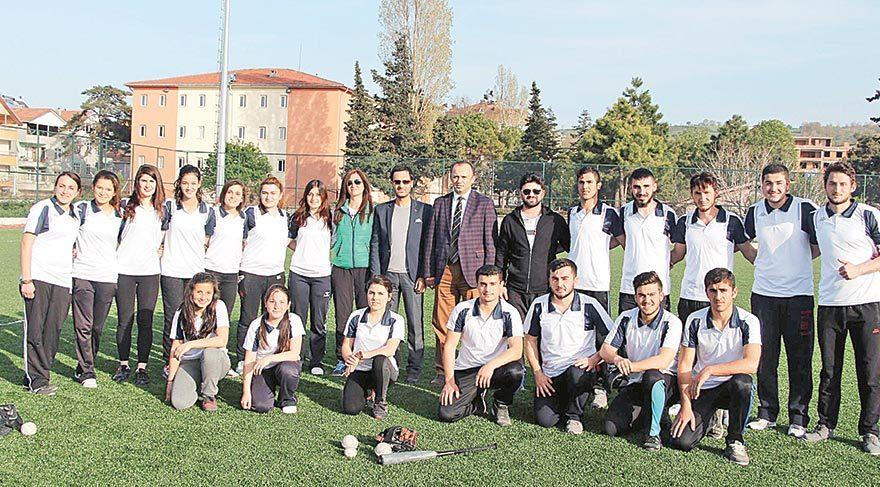 Alaçam Gençlik Hizmetleri Spor Kulübü beyzbol ve softbol takımları antrenmanları birlikte yapıyor.
