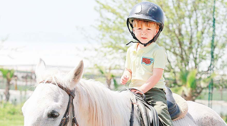 Çocuklar atlarla tanışıyor
