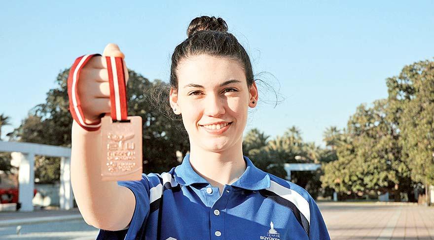 İzmir Büyükşehir Belediyespor'un altyapısından yetişen Simge Erensayın genç bayanlar kategorisinde pek çok madalyanın sahibi. Eğitmenleri, genç sporcunun giderek yükselen bir form grafiği çizdiğini belirtiyor.