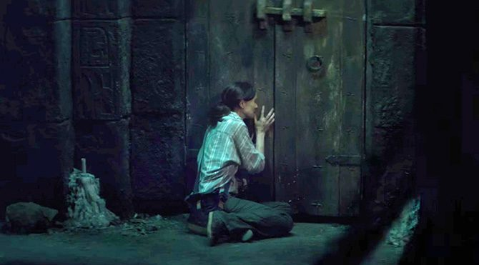 Bir türlü tamamen teselli bulmayı başaramayan anne Maria, oğlunu kısa süreliğine de olsa geri getirecek yerel bir ritüelden haberdar olur. Bu amaçla gittiği çok eski tapınakta canlılar ve ölüler diyarını ayırdığına inanılan bir kapı bulunmaktadır.