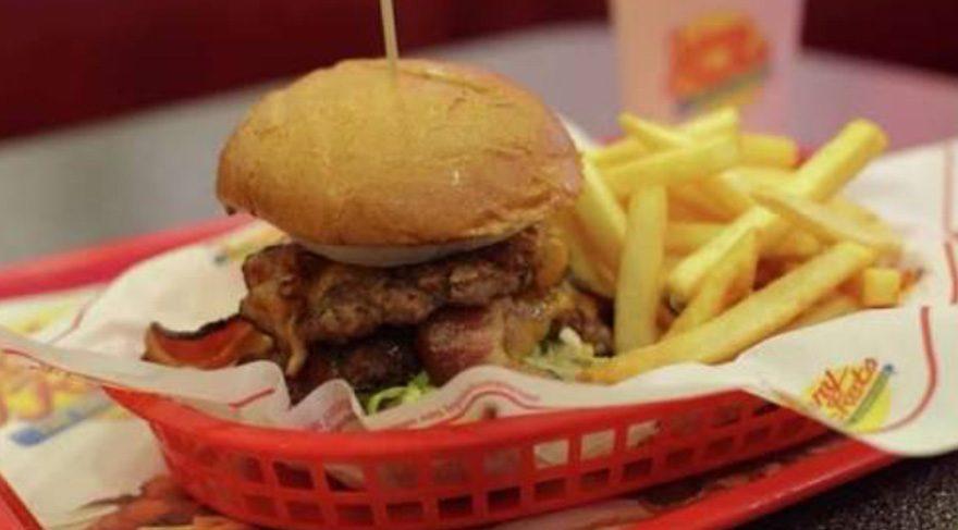 Ev yapımı burgerler Johnny Rockets'te