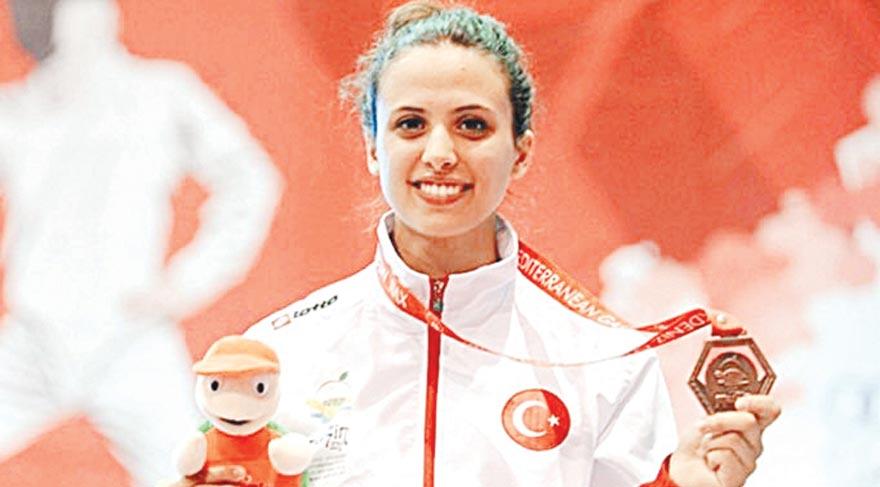 22 yaşındaki İrem Karamete, Özyeğin Üniversitesi Endüstri Mühendisliği öğrencisi. Bayan Flöre kategorisinde Türkiye adına yarışan ve Rio'daki elemelerde yarı finale çıkan İrem, 1984 Yaz Olimpiyat Oyunları'ndan sonra olimpiyatlara katılacak ilk Türk eskrimci oldu.