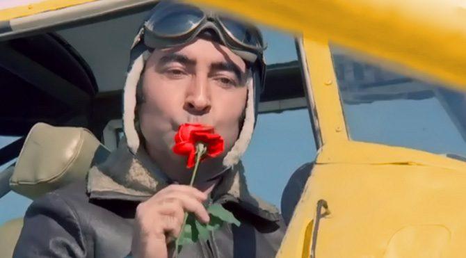Şener Şen'in canlandırdığı Vecihi karakteri en çok uçaktan penceredeki aşkına gül attığı sahnesiyle hatırlanır.
