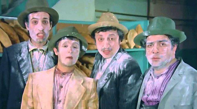 """""""Köyden İndim Şehire""""de ise bu altınları bozdurmak için dört kardeş Ankara'ya giderler. Üstelik bu sefer hanımları da onlara katılır."""