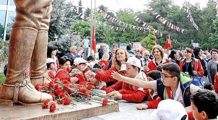 Atatürk Anıtı'nı çocuklar açtı