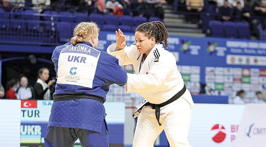Kayra Almira Sayit, finalde Ukraynalı rakibini heyecanlı bir karşılaşmanın sonunda yenerek altın madalya ve şampiyonluk elde etti.