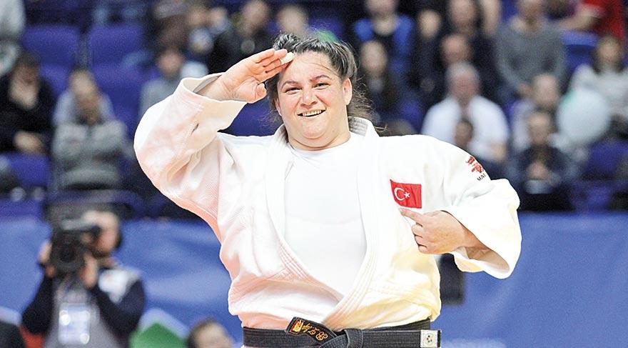 1984 doğumlu judocumuz Belkıs Zehra Kaya, bronz madalyasıyla böyle selam verdi.