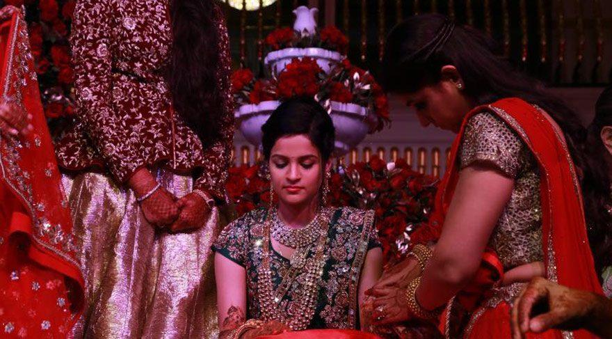 Pahalı, gösterişli ve kalabalık bir Hint düğünü