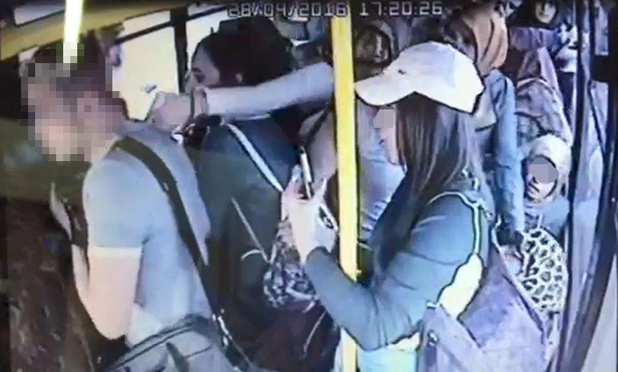 Otobüsde cinsel organını çıkarttı