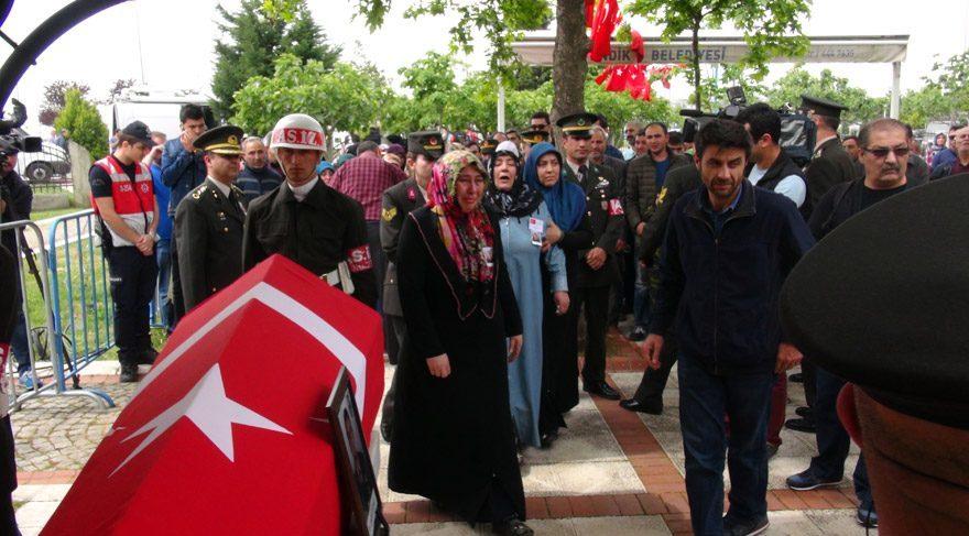 Şehidin cenaze törenine çok sayıda vatandaş katıldı.