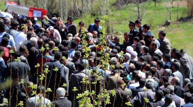 Şehit özel harekat polisi Bingöl'de Kürtçe ve Zazaca ağıtlarla uğurlandı