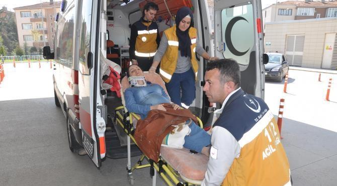 Doğum sancıları tutan kadın, hastaneye yolunda kazada yaralandı