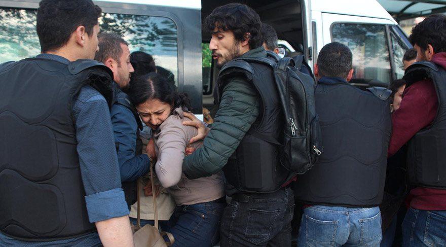 Beyoğlu, Piyalepaşa Bulvarı'nda Taksim Meydanı'na çıkmaya çalışan 6 kişi gözaltına alındı.