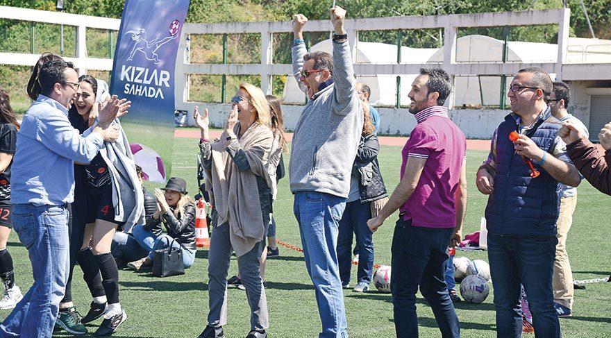 Ünlü işadamı takımının attığı gol sonrası büyük sevinç yaşadı.