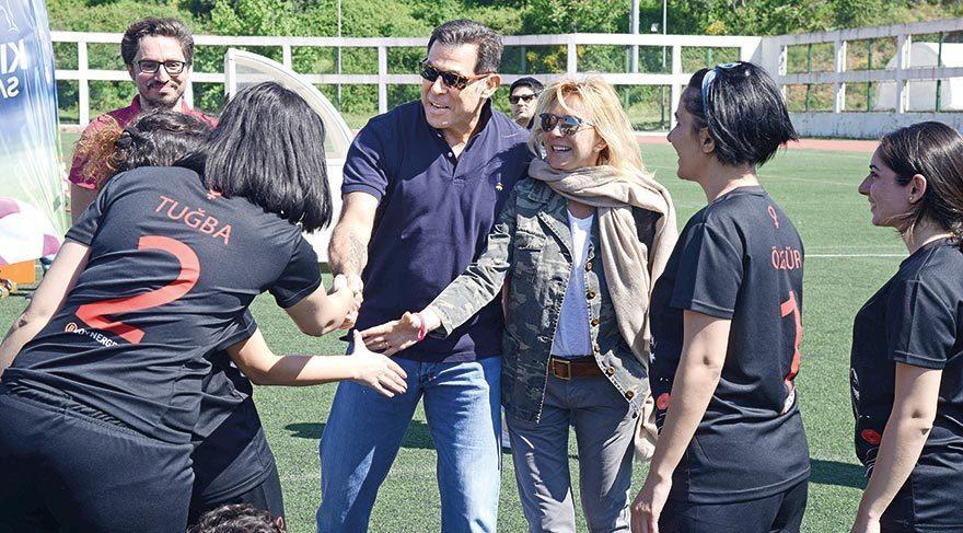 Maç boyunca hop oturup hop kalkan eski TÜSİAD Başkanı Ümit Boyner ve Cem Boyner maç öncesi tüm kadın futbolculara tek tek başarı dilediler.