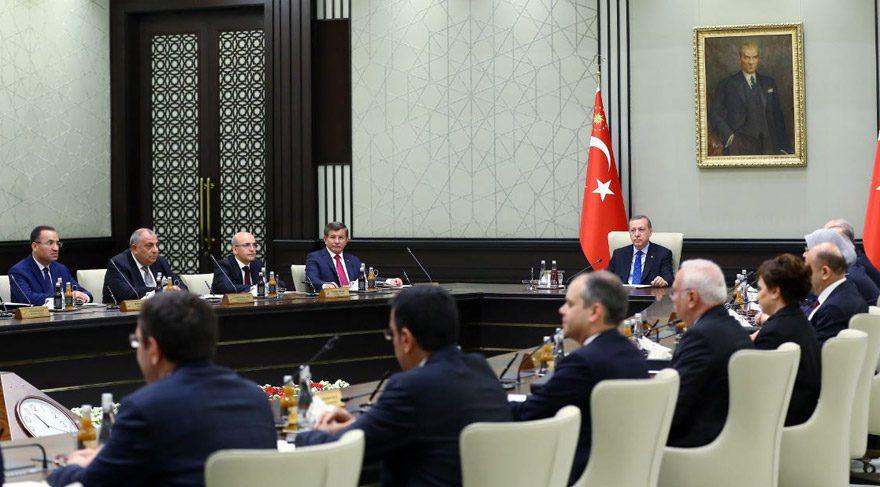 FOTO:DHA - Başbakan Davutoğlu'nun 'gergin' hali dikkat çekti.