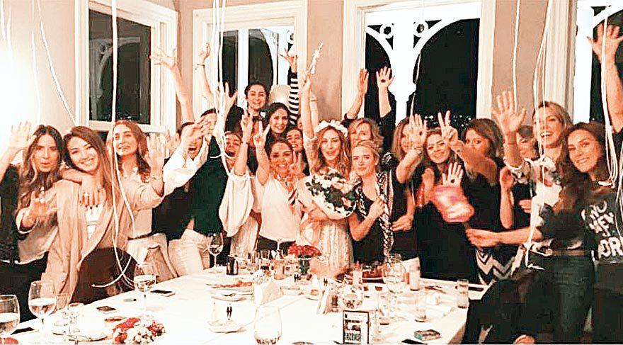 Sinem Kobal, yakın arkadaşlarının organize ettiği sürpriz partiye beyaz bir elbiseyle geldi. Arkadaşları güzel oyuncuya çiçeklerden yapılan bir taç taktı.
