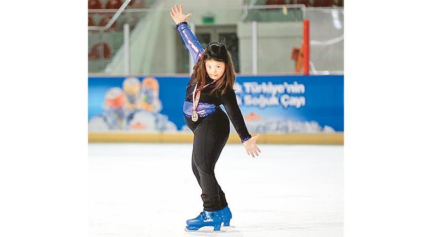 Down sendromlu Selin Erkan, pisti ilk ziyaretinde üşüyünce kostümlerden birini giydirmişler: küçük kız kıyafeti çok sevince buz patenine başlamış.