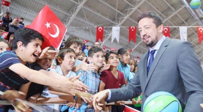 Hidayet Türkoğlu, İzmit'te 5 bin basketbol topu dağıtım töreninde