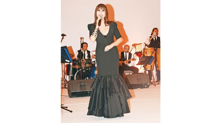 Defilenin ardından sahneye çıkan Ayşegül Aldinç'i dinleyenler arasında annesi Süheyla Aldinç de yer aldı.