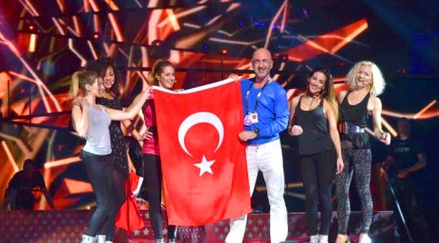 Eurovision sahnesine Türk bayrağı ile çıktı