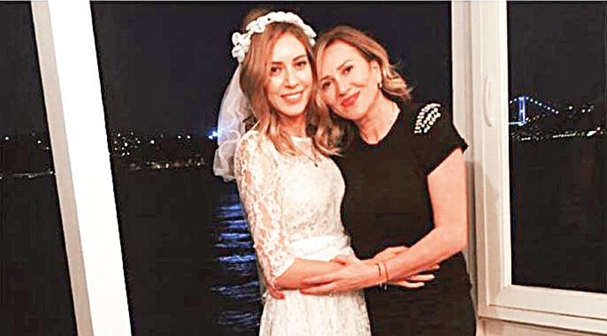 Sürpriz kına gecesine Sinem Kobal'ın annesi Nuray Kobal da katıldı. Anne-kız mutluluk pozlarını Instagram hesaplarından yayınladı.