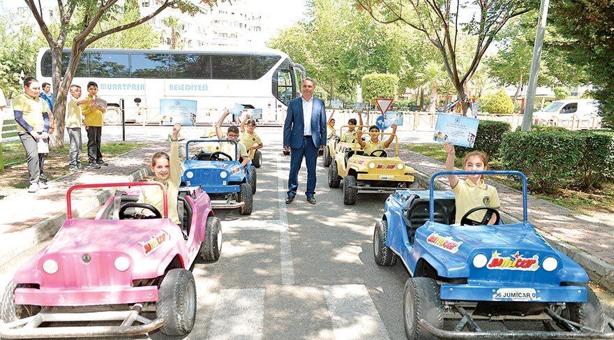Çocuklar trafik dersinde