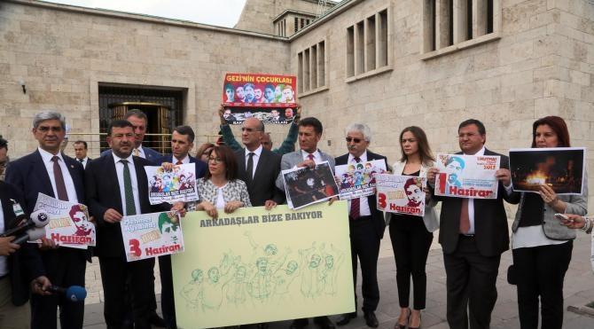 CHP'li milletvekillerinden, TBMM'de 'Gezi'nin üçüncü yıl dönümünde dövizli sloganlı eylem