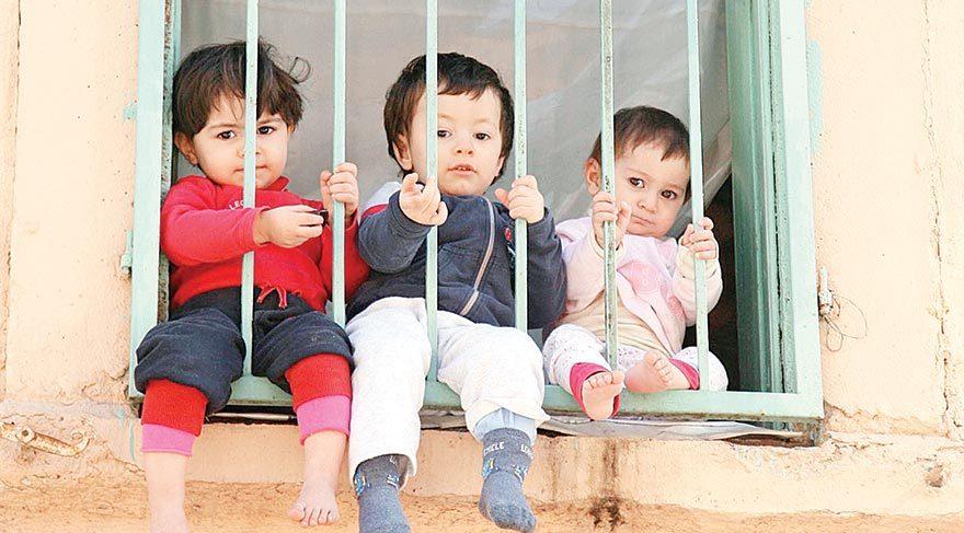 Özellikle küçük çocuklar hayatı tanımadan büyüyor, sokaktan gelip geçenleri özlemle seyrediyorlar. Top peşinde koşmadan, karınca yuvalarını izlemeden, çiçekleri koklamadan...