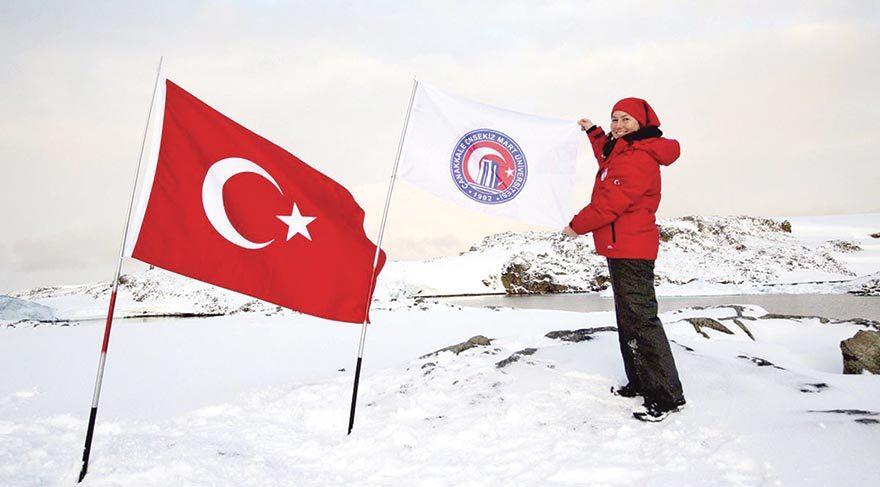 Türk bayrağını Antarktika'da dalgalandırdı