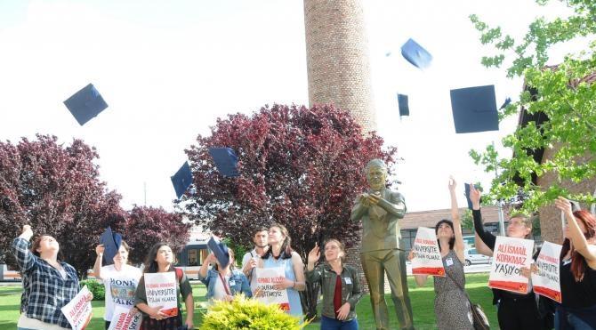 Ali İsmail Korkmaz'ın heykelinin önünde keplerini havaya attılar