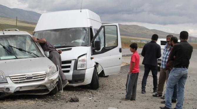 Yüksekova'ya dönüş yolunda kaza; 15 yaralı (2) – yeniden