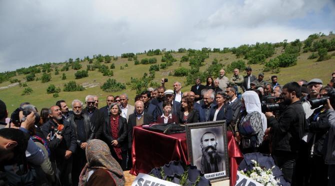 Tunceli'de toplu mezarda bulunan kemikler 78 yıl sonra kefene sarılarak defnedildi