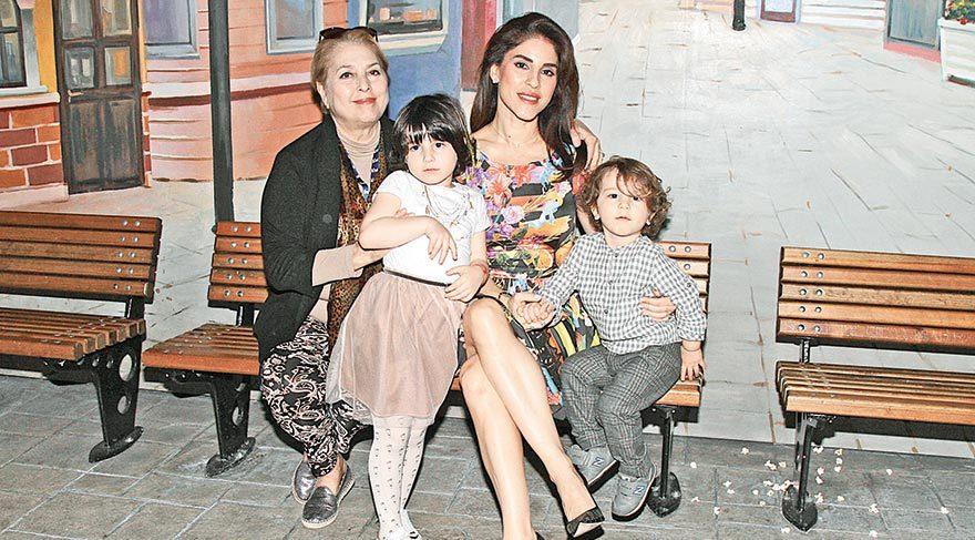 Annesi ve çocuklarıyla geziyor