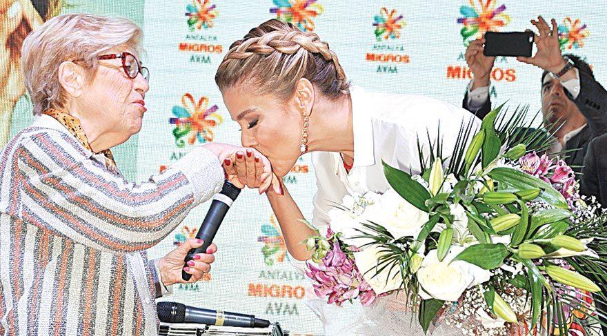 Anneler Günü'nde el öptü