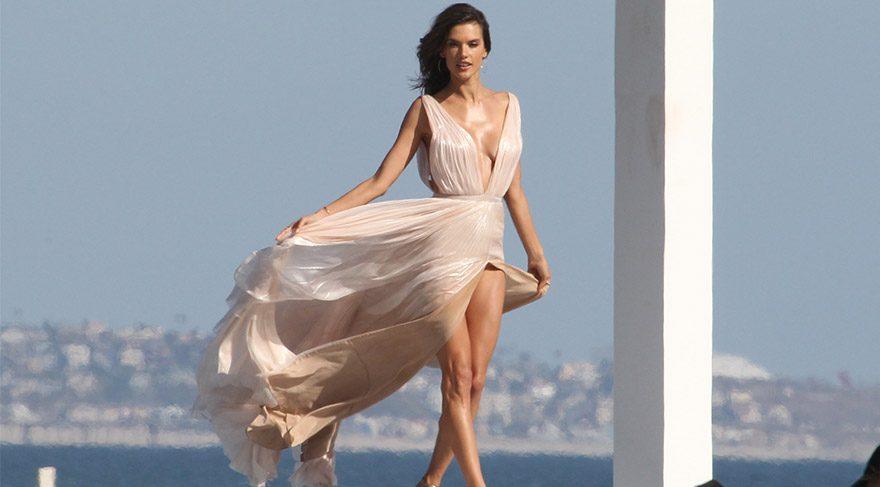 Alessandra Ambrosio elbisesiyle zor anlar yaşadı