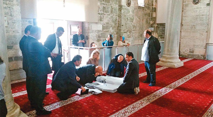 BİLİRKİŞİ, CAMİDEKİ ÇALIŞMAYI YERİNDE İNCELEDİ Mimarlar Odası Trabzon Şubesi, caminin rölöve projesinin iptali için Kültür Bakanlığı'na karşı dava açtı. 4 Mayıs'ta bilirkişi heyeti camide keşif yaptı. Proje, tarihi gerçeklere uygun mu değil mi diye inceledi.
