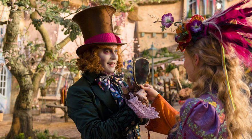 Alice eski arkadaşlarıyla yeniden buluşur, ancak Çılgın Şapkacı'da bir tuhaflık vardır.
