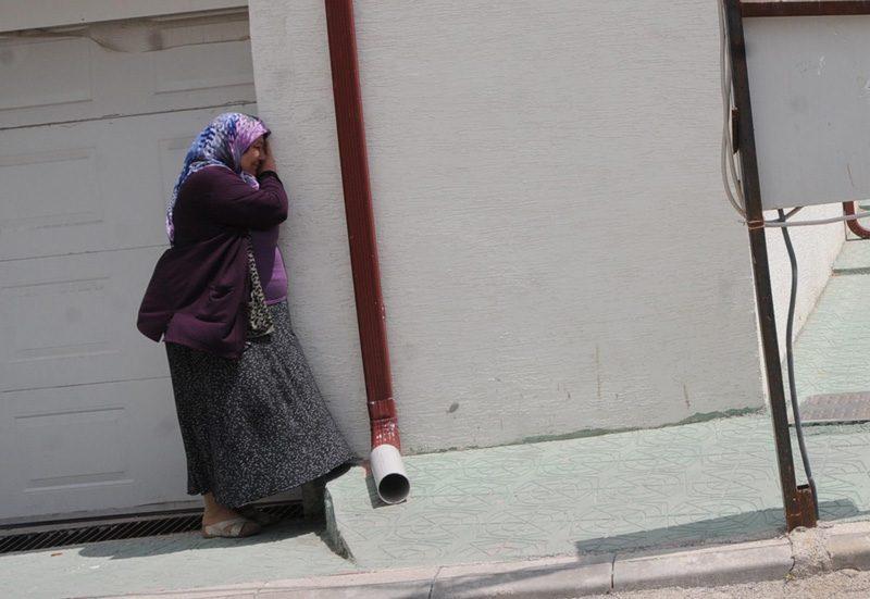 FOTO:DHA - Acı haberi alan anne Türkan Gül fenalık geçirdi.
