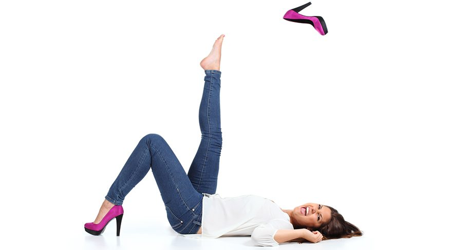Ayağın genişliğine uygun, öne doğru sivrilmeyen ayakkabılar tercih edilmeli.