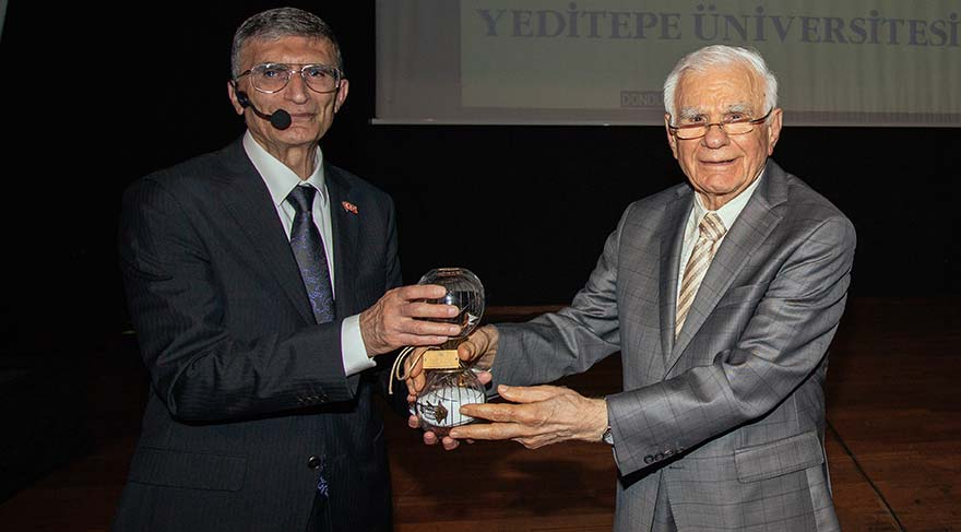 Prof. Dr. Aziz Sancar'a üniversitenin hediyesini, Prof. Dr. Gazi Yaşargil verdi.