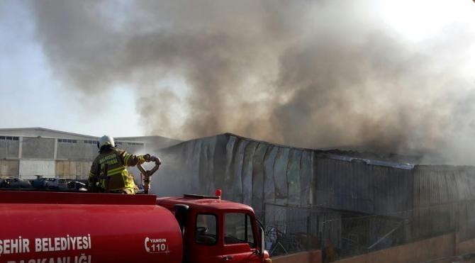 Bandırma'da oto hurda deposunda korkutan yangın