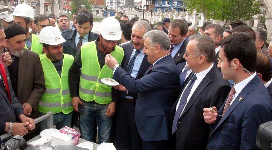 Foto: DHA Bakan Arslan, üzerine resmi yapılmış pastayı kesti ve oradaki işçilere ikram etti