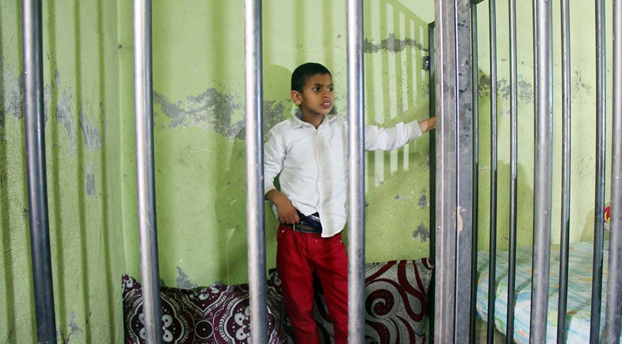 Engelli çocuğa evde demir kafes