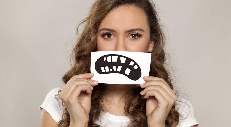 Köpek dişlerinin belirgin oluşu, sert bir mizaç göstergesi