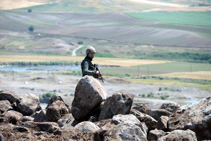 FOTO:DHA - Bölgede güvenlik güçleri emniyet tedbirlerini artırdı.