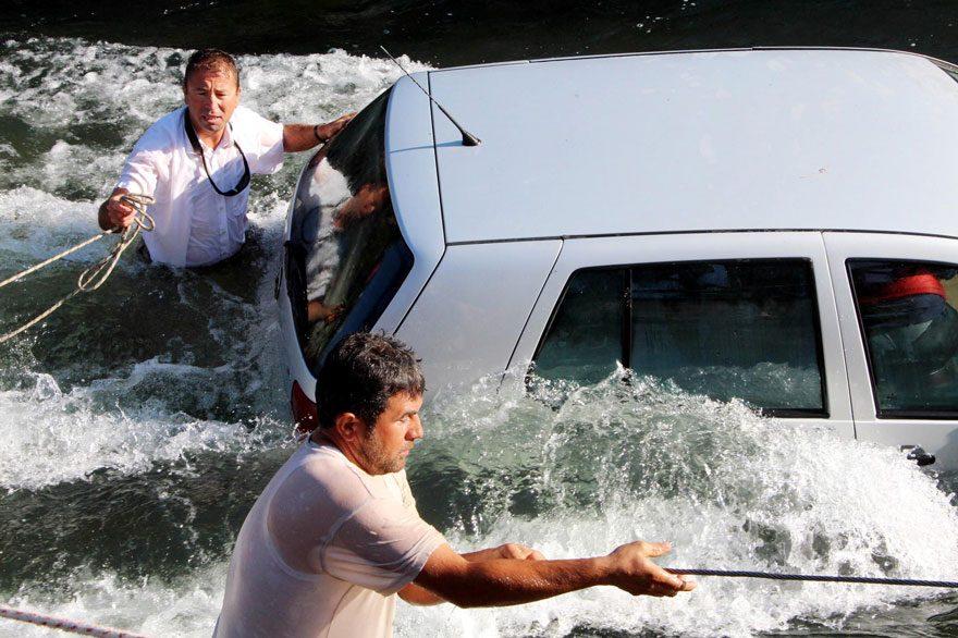 FOTO: DHA / Osman Kocamaz eşinin içinde bulunduğu otomobil akıntıda sürüklenmesin diye kendini siper etti.