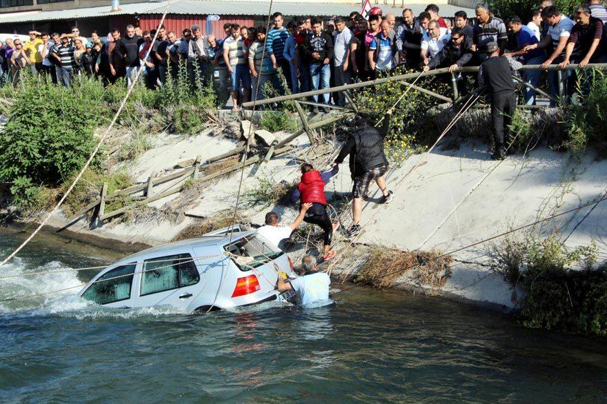 FOTO: DHA / Kahraman koca Osman Kocamaz, itfaiye ve çevredeki bazı vatandaşların da yardımıyla otomobil kıyıya çekilerek içindekiler kurtarıldı.